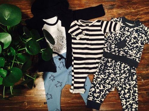 babykleding cadeau pakket broekje blauw t-shirt onesie biologisch katoen babykleertjes