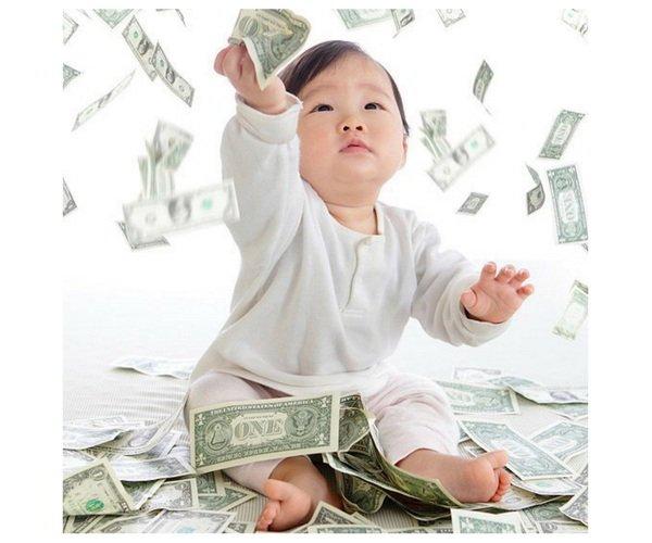 Geld besparen op babyuitzet baby gooit met geld