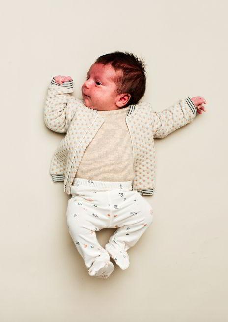 Kidscase babykleding organic wit broekje en creme wit vestje cardigan