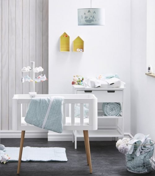 Troll sun Retro wieg huren in babykamer met blauwe babykleding