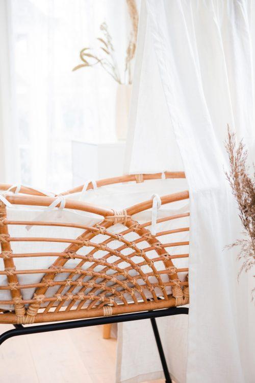 Bohemian Baby Roma Vintage rotan wieg natuurlijk wit linnen hemeltje en binnenwerk
