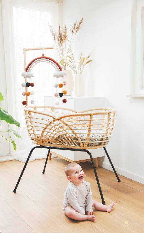 Bohemian Baby Roma natural natuurlijk rotan wieg met lachende baby voor wieg